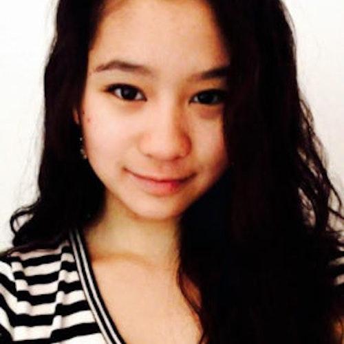 Annabelle Lee, consultora adolescente de 2016-2017 (selfie de rosto, desfocada) sorridente olhando para a câmera