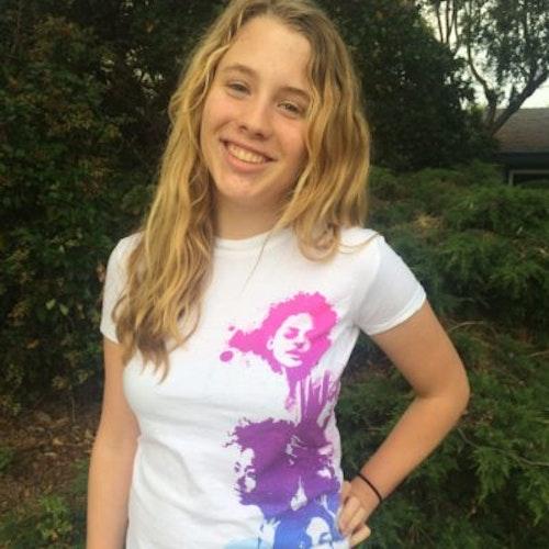 Fidelity Ballmer_Consejera adolescente 2015-2016 (retrato en plano medio), sonriendo a la cámara, con fondo de vegetación.
