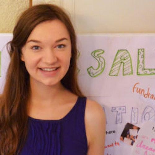 Fiona Adams, consultora adolescente de 2015-2016 (foto de perto, desfocada), sorridente olhando para a câmera