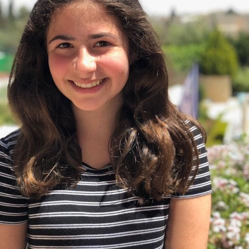 Laura Julia Fleischmann, consultora adolescente de 2019-2020, em foto sorridente olhando para a câmera