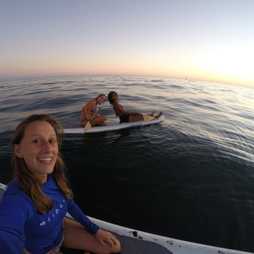 Foto de Maren Roberts, coordenadora de programas, em sua prancha de natação