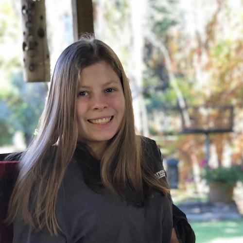Georgia Shakeshaft, consultora adolescente de 2019-2020 (foto em close do rosto), sorridente olhando para a câmera