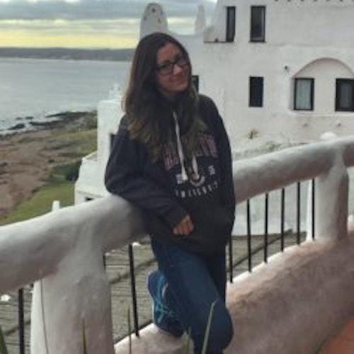 Foto desfocada de corpo inteiro de Helena Branco, consultora adolescente de 2018-2019