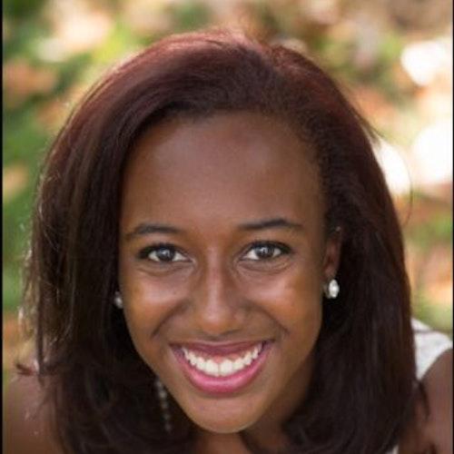 Imani Brooks, consultora adolescente de 2015-2016 (foto de rosto em close muito próximo), sorridente olhando para a câmera
