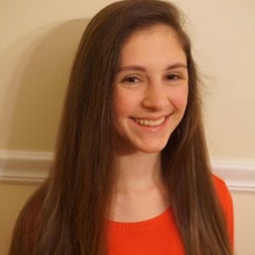 Katrina Sousounis, consultora adolescente de 2016-2017 (foto de perto, desfocada) sorridente olhando para a câmera
