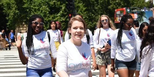 Consultora adolescente Lauren atravessando a rua e sorrindo para a foto