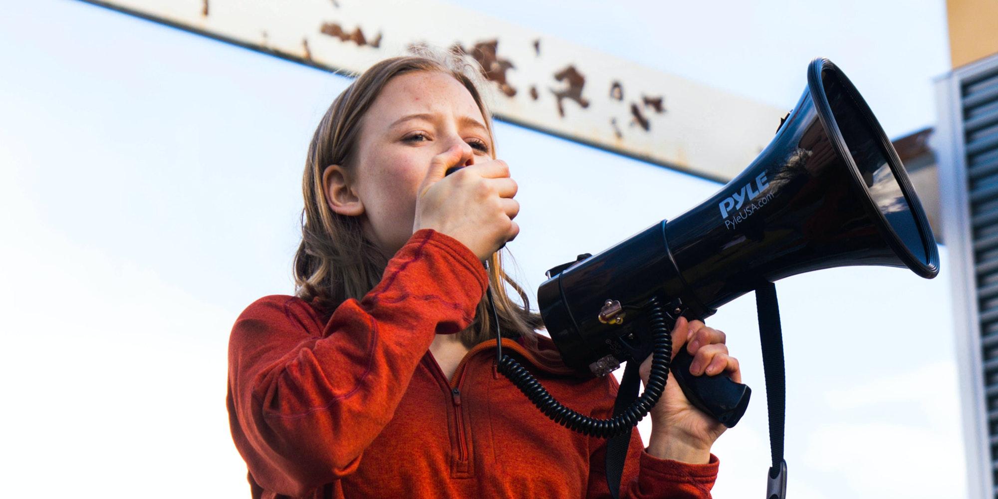 (近距离拍摄)2018-2019 届青年顾问 Eva Jones 拿着喇叭