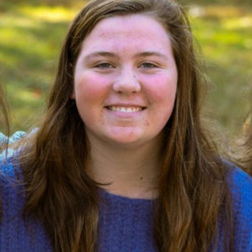 Mary Di Martino, consultora adolescente de 2017-2018 (foto de rosto, tendo o verde das plantas como plano de fundo)