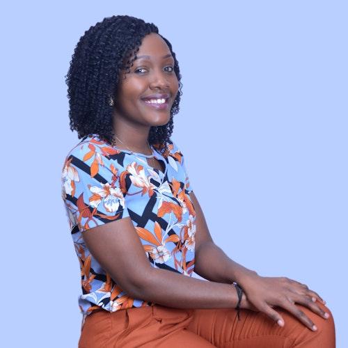 Foto de Musonda Chikwanda, representante regional para a África, em plano americano com fundo azul