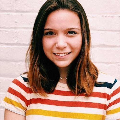 Nora Di Martino, consultora adolescente de 2019-2020 (foto em plano americano) sorridente olhando para a câmera