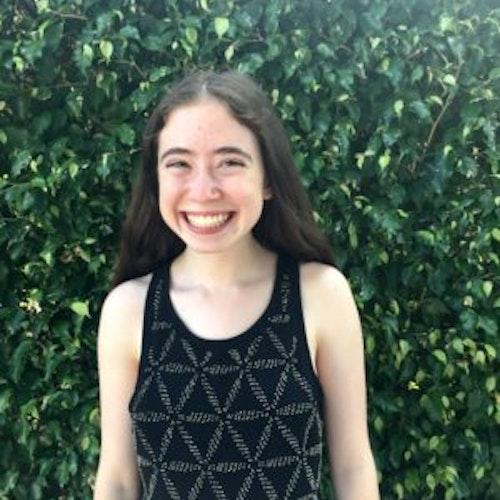 Rachel Auslander, copresidente, consultora adolescente de 2017-2018 (foto de meio-corpo, desfocada) tendo o verde das plantas como plano de fundo