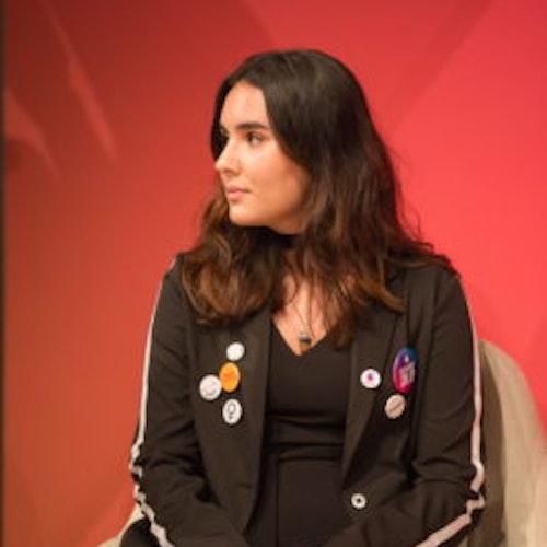 Foto do rosto de Rebecca Fairweather, do grupo de consultoras adolescentes de 2018-2019 (de perfil)