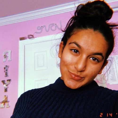 Riya Goel, consultora adolescente de 2019-2020 (selfie de rosto em close) sorridente olhando para a câmera