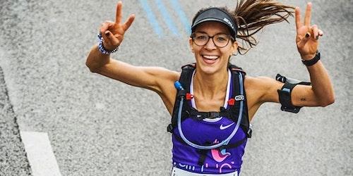 (高角度拍摄)名为 Mathilde 的女孩边跑边摆出胜利的手势
