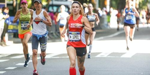 Rebekah Kennedy à frente de outras mulheres numa maratona