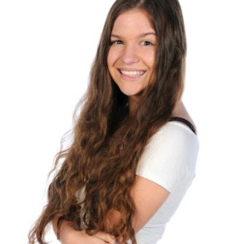 Sarah Hesterman, consultora adolescente de 2015-2016 (foto de perto). Uma adolescente sorridente olhando para a câmera, tendo um plano de fundo totalmente branco