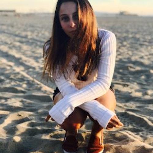 Foto de corpo inteiro de ShuShu Crevoshay, consultora adolescente da classe 2018-2019