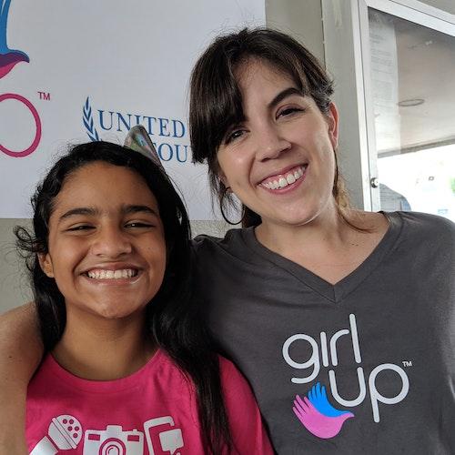 Foto de Barbara Aranda, representante regional para América Latina e Caribe, com uma adolescente da Girl Up