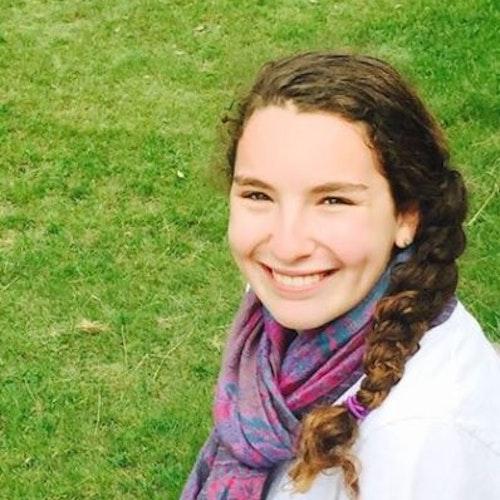 Yardena Gerwin, consultora adolescente de 2015-2016 (foto de rosto, tirada de um ângulo alto). Uma adolescente sorridente olhando para a câmera