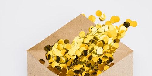 Um envelope com um círculo dourado brilhante