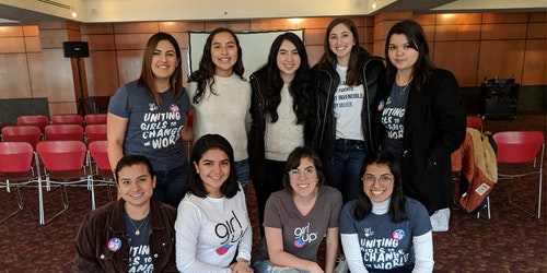 Foto de um evento com nove integrantes da Girl Up usando a camiseta do movimento